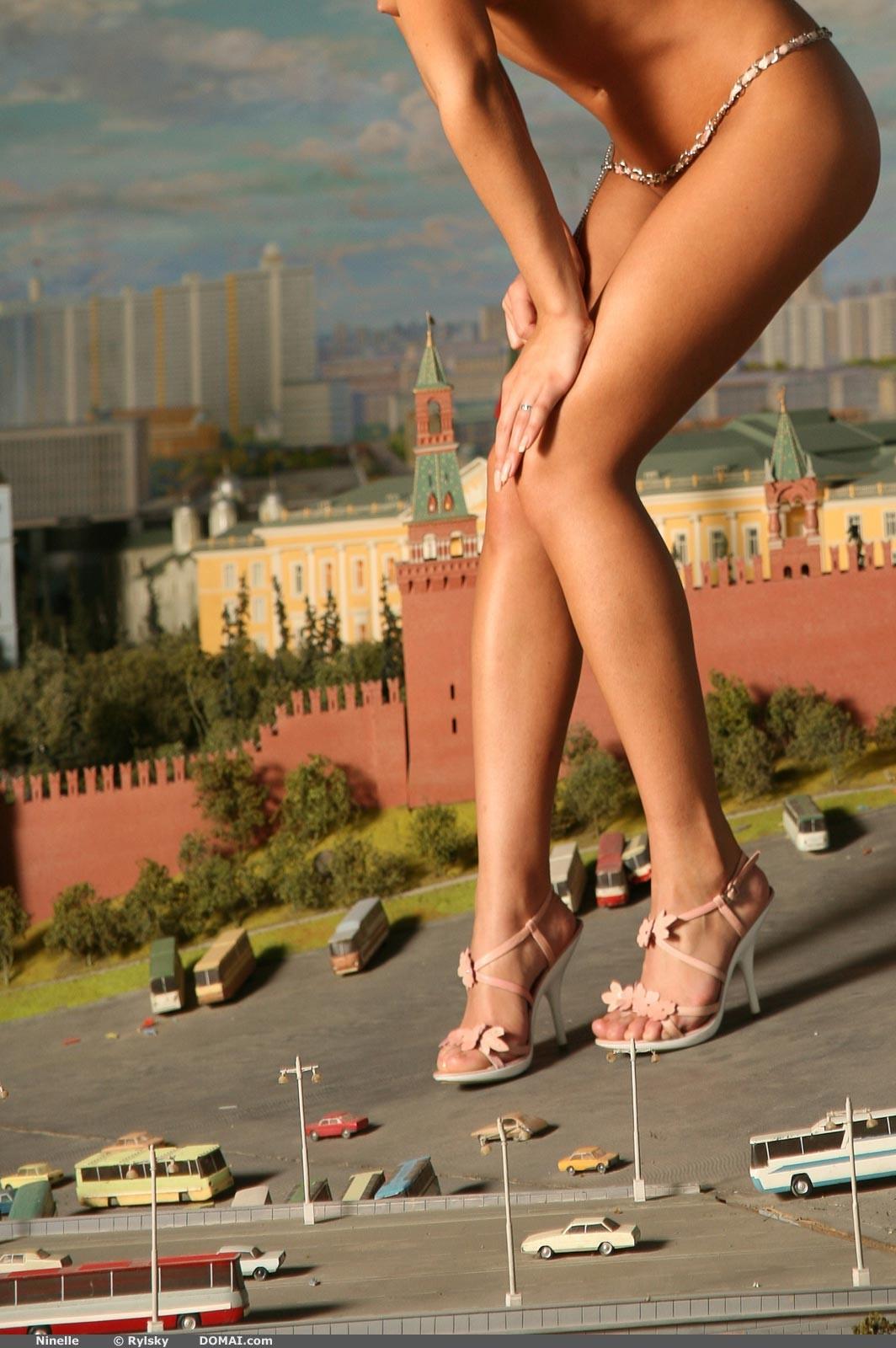 hudaya-razdvigaet-nogi-foto